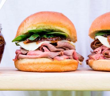 Sandwich au rôti de bœuf, au provolone et à la confiture de figues